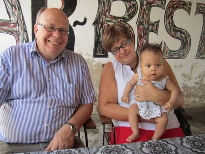 Ann-Katrin och Tor-Erik vikarierar med j�mna mellanrum Ronyas mommo och moffa.