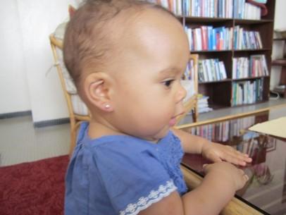 Så här fin blev Ronya med sina örhängen.