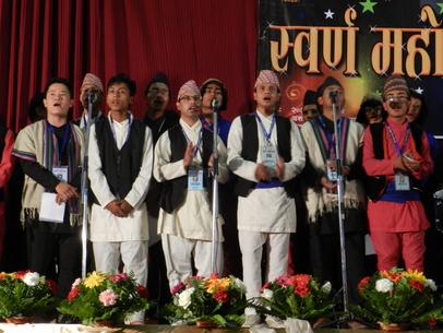 Framtiden finns i de unga. Lovsången leddes av ungdomar som representerade Kathmandus många församlingar.