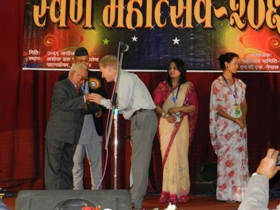 Det kändes extra fint att få motta hedersbrickan av Attan Lama, som tidigare var pastor i vår hemförsamling i Pokhara.