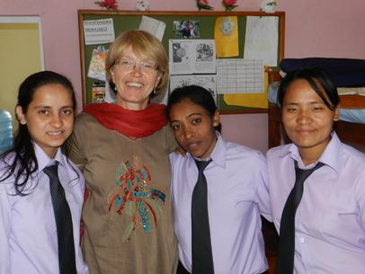 Lamachaurflickan Bishnu, andra från höger sett tillsammans med andra studeranden på Ebenezer bibelskola.