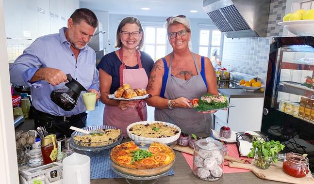 Volontärerna Karl-Erik och Ulla-Brita Wikström samt Helena Hansson i kyrkans kök i Fuengirola .