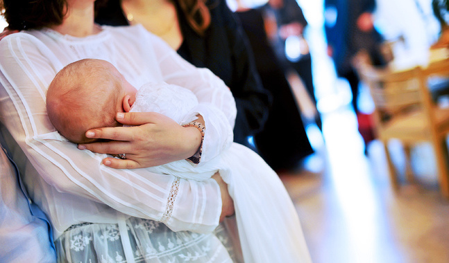 Vid behov lånar församlingen ut dopkolt men barnet kan också ha släktens dopkolt eller vanliga kläder.