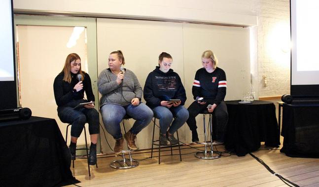 Ulrika Mylius intervjuar Ditte Sandholm på scenen medan Christel Runne och Cecilia Stude förbereder sina frågor.