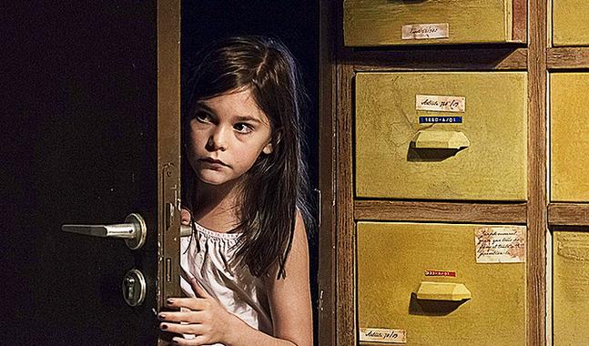 Pili Groyne spelar Guds dotter Ea som rymmer och letar upp sex egna apostlar.