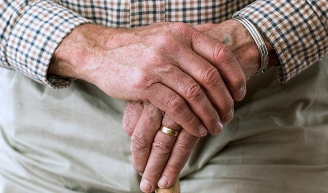 Staden och församlingarna hjälps åt för att nå de äldre som blivit isolerade på grund av coronaepidemin.