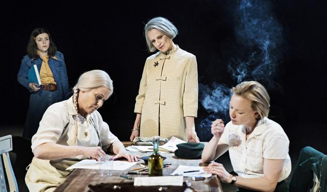 Tove Janssons målande reduceras till en dekorativ kuliss i pjäsen Tove, skriver Erika Rönngård.