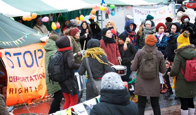 Den senaste månaden har asylsökande demonstrerat i centrum av Helsingfors för en humanare asylpolitik.