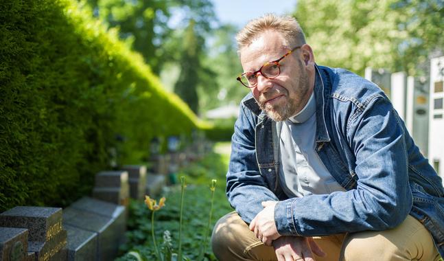 Fred Wilén fascineras av berättelserna bakom gravstenarna.