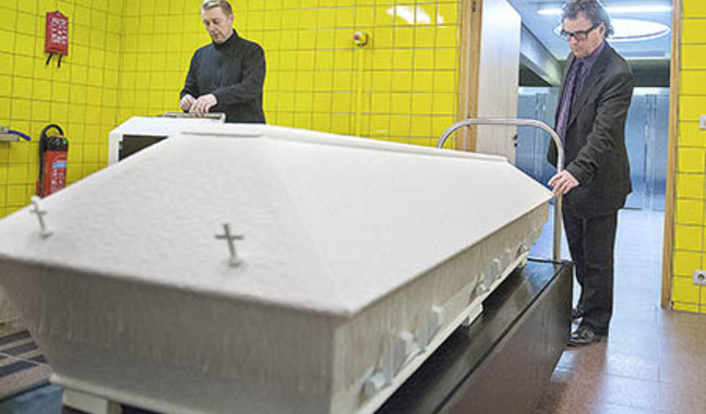Tofsarna p� den h�r kistan �r misst�nkt likt konstmaterial, konstaterar Pekka M�kinen. Timo Rantala till v�nster sk�ter krematoriet i Vasa.
