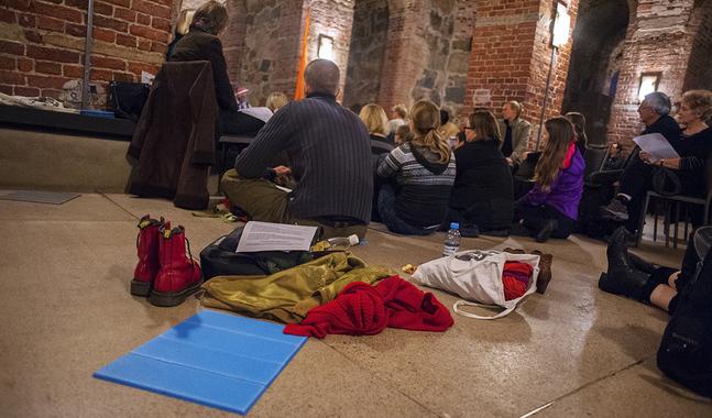 På mässan i Taizéstil kan man sitta på mattor på golvet om man känner för det.