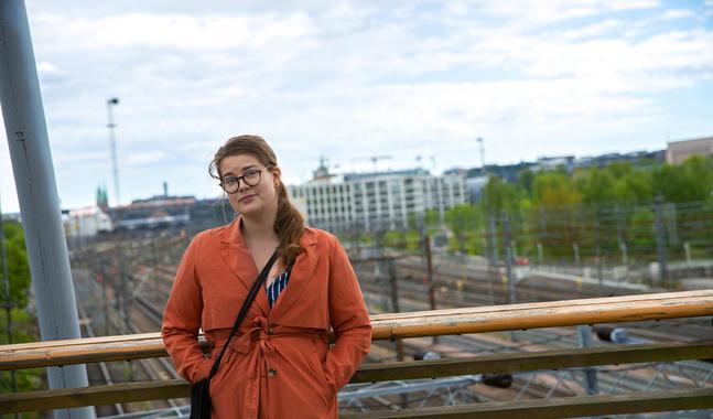 """""""Jag tycker inte det är min roll att göra dokumentärfilm någonstans i ett afrikanskt land. Jag tycker snarare att för en vit, nordisk journalist är det viktigt att göra nyhetsbiten och det rent journalistiska. Att rapportera hem på rätt sätt, snarare än att komma dit och berätta någon annans historia"""", säger Hanna Nordenswan."""