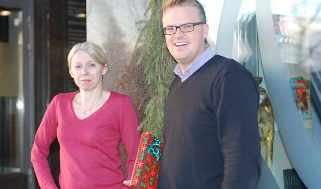 Åsa Nordström och Kalle Sällström bjuder på bokbord och dadelkaka i Borgå och Helsingfors.