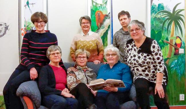 Några av läseklubbens läsare är  från vänster Kerstin Alho, Ulla Wistbacka, Nanna-Lisa Finskas, Solveig Grönlund,  Gun Sandberg, Rita Heikkilä och Gun-Viol Lindborg.