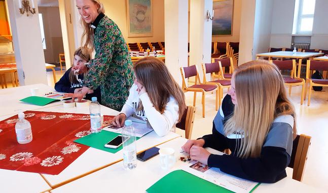Elefteria Apostolidou vill att ungdomarna ska få både gemenskap och upplevelser under undervisningsveckan.