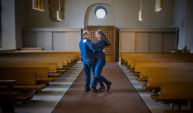 Annette och Lasse Westerholm testar dansstegen inför söndagens högmässa i Kyrkslätt.