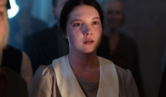 Salome (Satu Tuuli Karhu) fascineras av Maria Åkerblom.