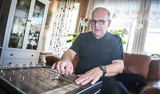 Cittran är ett av de instrument Jan-Erk Nyholm spelar.