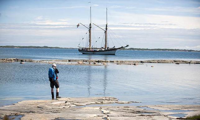 Albanus väntar på pilgrimernas ankomst från vandringen utanför Sottunga.