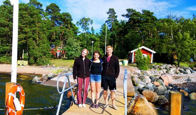 Wilma Dahlstr�m, Sonja Fredriksson och Niclas Lemstr�m tar hand om holmborna p� Lekholmen.