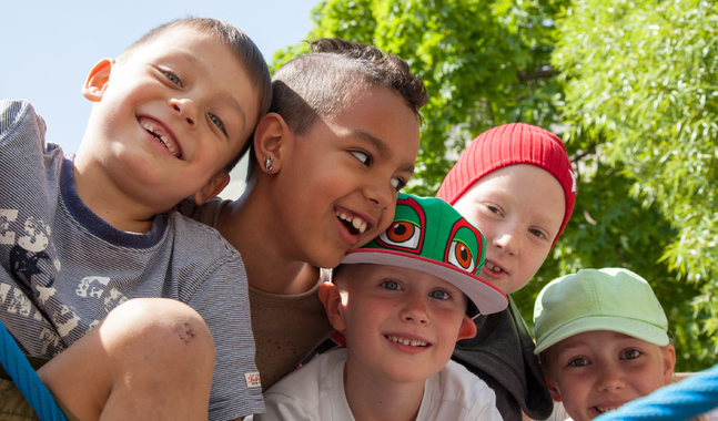 Under skolvälsignelser ber man för att allt ska gå bra för barnen inför skolstarten.