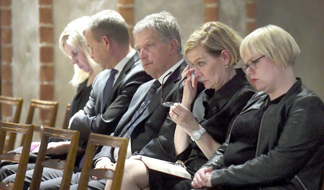 Fredagens bönestund i Åbo domkyrka samlade flera representanter för statsledningen.