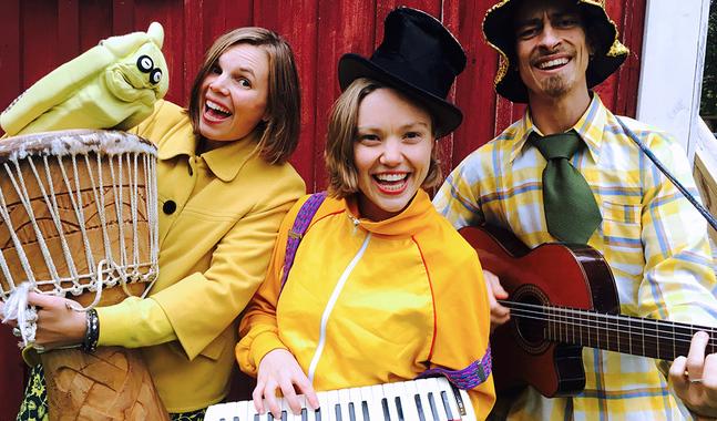 """Roligt och familjevänligt program ordnas på många håll under valdagen. På fotot gruppen """"Raka bananer"""" som spelar i Johannes församling."""