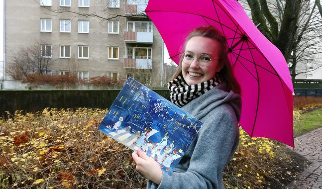 Informatören Liisa Mendelin är en av dem som sammanställt en julkalender som skickas ut till alla församlingsmedlemmar i huvudstadsregionen. Den innehåller 25 julhälsningar med hemlig avsändare.
