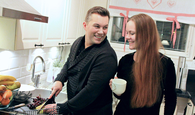 Lägg städning och matlagning på en lagom nivå säger Daniel och Rebecka Björk som väljer att öppna sitt hem för andra under julaftonen.
