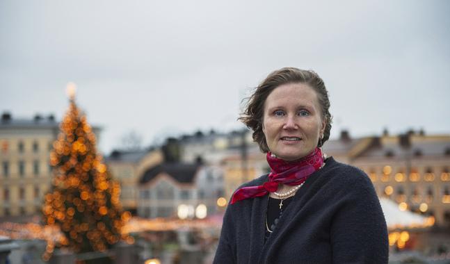 Carla Ihatsu jobbar som vaktmästare i Finlands antagligen mest fotograferade byggnad, Helsingfors domkyrka. På domkyrkotorget breder den glittrande julmarknaden ut sig.