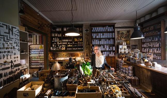 I butiken Lundagård i Jakobstad. Aja Lunds samlande är både jobb och hobby.