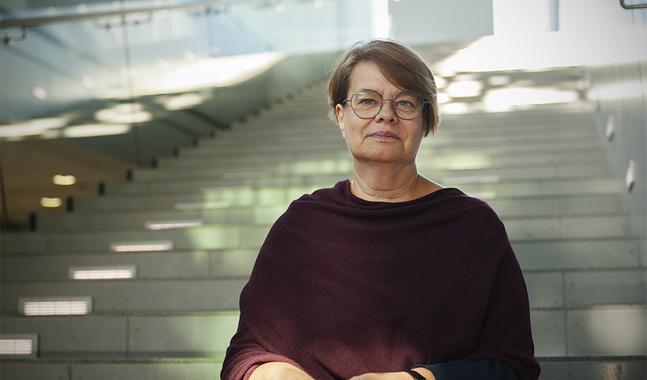 Åsa Dalkarl-Gustavsson tycker det är viktigt att plocka fram olika sidor hos dem vi saknar. – Annars blir vi ju så endimensionella.