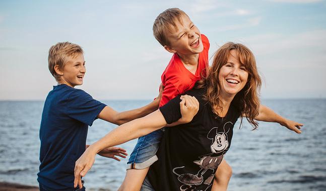 Anna Henning och hennes söners vardag är fylld av jobb, läxor och hobbyer. Men också av enkel samvaro. I och med coronan och distansjobb vann hon två timmar om dagen.