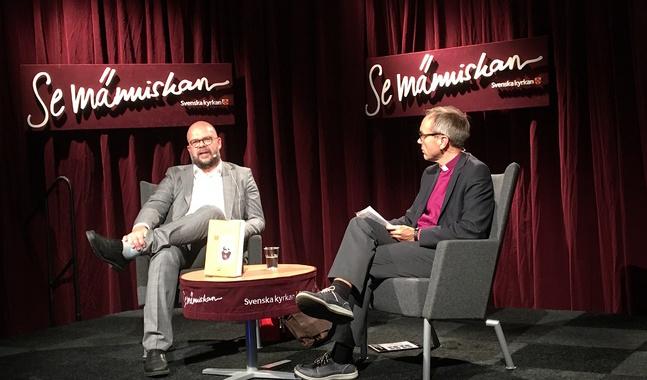 Författaren Johan Sundeen och biskop Björn Vikström.