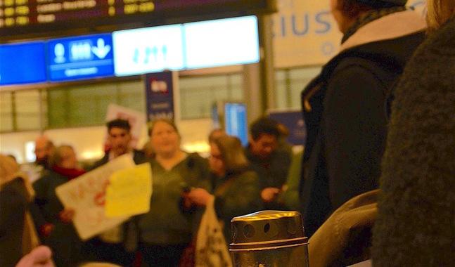 Arkivbild från Helsingfors-Vanda flygplats och demonstrationen mot deporteringen av afghanska asylsökande.