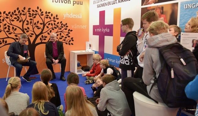 Eleverna från Eklöfska skolan i Borgå har tänkt ut en hel hatt full med frågor att ställa till biskopen.