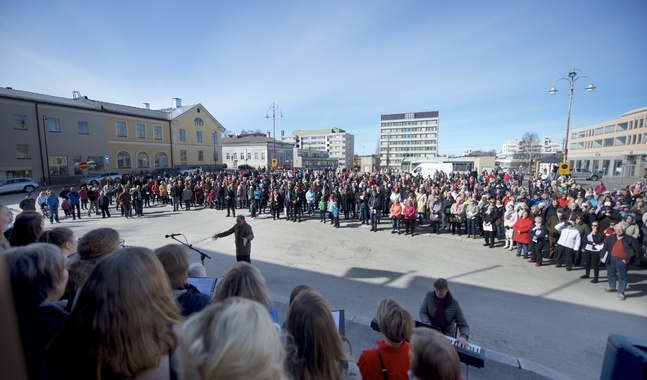 Körerna Jakob Gospel, Adorate, Cantate, Gloriakören, Jakobstads kyrkokör och Betaniakören sjöng på manifestationen.