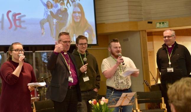 Rebecka Stråhlman, Jakob Nylund och Johannes Winé ledde showen med ärkebiskop Tapio Luoma och biskop Bo-Göran Åstrand.