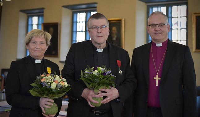 Stina Lindgård och Berndt Berg firades med kaffe och kaka före domkapitlets sammanträde idag.