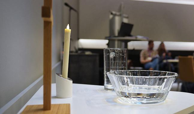 Initiativet om fadderkraven är del av en pågående och omfattande diskussion i kyrkan om dopets, fadderskapets och religionens betydelse och deras förändrade ställning.