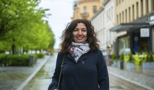 Emina Arnautovic jobbar som Sfp:s kontaktchef i Österbotten. Hon pendlar till jobbet i Vasa från hemmet  i Närpes.