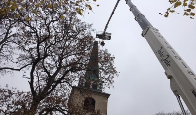 Så här såg det ut när Degerby kyrka återfick sitt gyllene kors.
