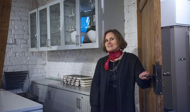 Carla Ihatsu har domkyrkan i Helsingfors som sin arbetsplats. Klocktornet till vänster om kyrkan kan erbjuda en lugn stund när kyrkan är full av ljud- och ljuspersonal inför stora tv-sända gudsjänster.
