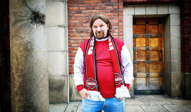 Kari Kanala, bekant bland annat fr�n tv-programmet Ensitreffit alttarilla, bj�d tillsammans med Radio City in till fotbollskv�ll i Pauluskyrkan.