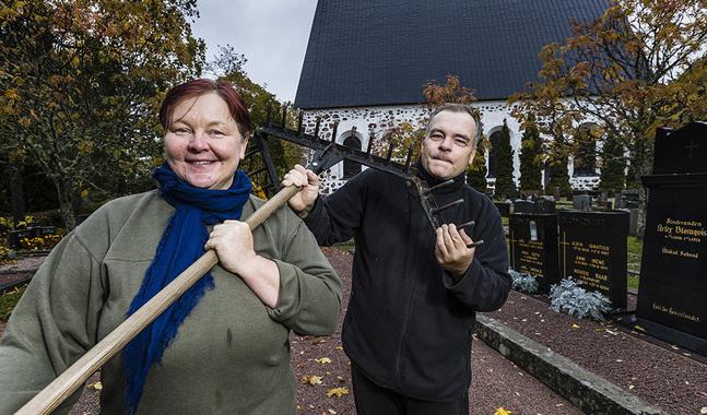 Här svingar Ingeborg och Per-Olof Korander sina verktyg vid Sjundeå kyrka.