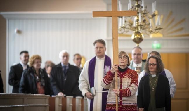 Anita Ismark bar korset vid ingångsprocessionen.