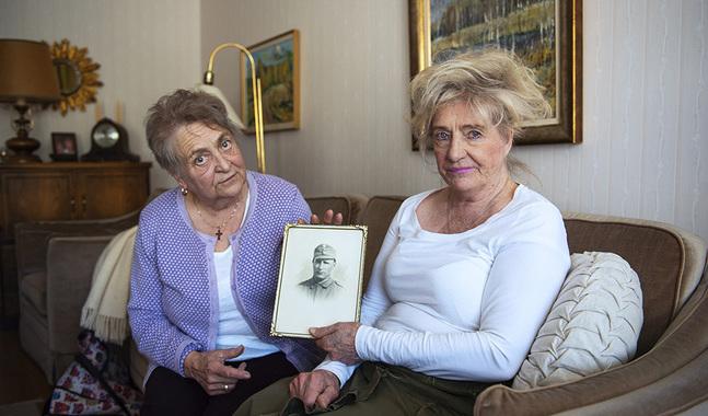 Marita och Rea Wilenius har sparat varje kort de fick av sin far.