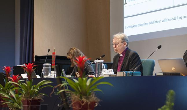 Ärkebiskop Kari Mäkinen fick än en gång sitta ordförande i långköraren om kyrkans vägval i äktenskapsfrågan.