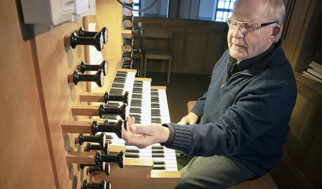 Lars Wikström säger att det tillfredsställer sinnet att få spela orgel, även om han efter pensioneringen inte spelat så mycket som han hade föreställt sig.