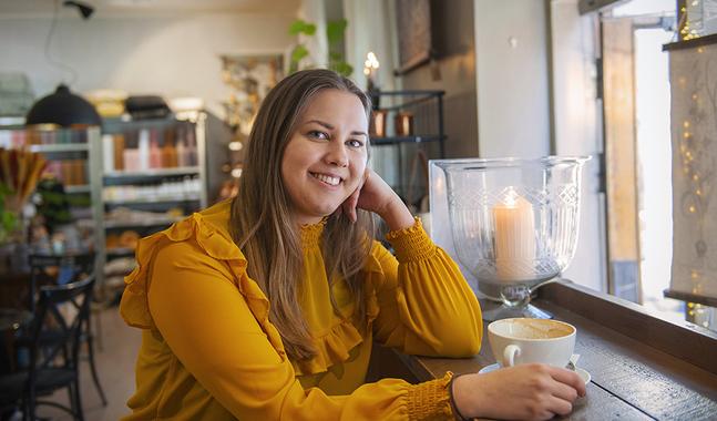 Louise Häggström jobbar som informatör i Johannes  församling. Det har inte förändrat hennes tro, varken till det bättre eller sämre.